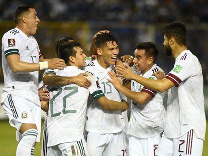 Héctor Moreno celebra con sus compañeros el 0-1 frente a El Salvador.