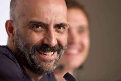 El director Gaspar Noé sonríe, durante la rueda de prensa de 'Love', hoy en Cannes.