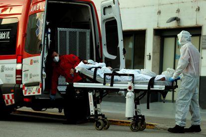 Un técnico sanitario traslada a un paciente