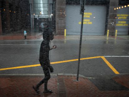 Una mujer camina por una calle de Nueva Orleans durante la llegada del huracán Ida.