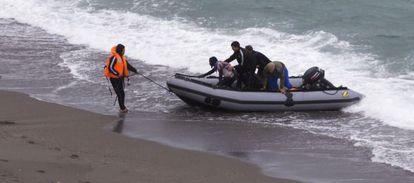 Los soldados marroquíes trasladaron a los inmigrantes que pretendían cruzar a Ceuta a nado.