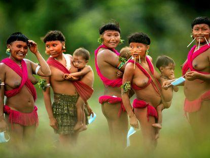 Integrantes del pueblo yanomami cargan a sus bebés, en la región de Surucucu, municipio de Alto Alegre, estado Roraima (Brasil), a comienzos de julio.