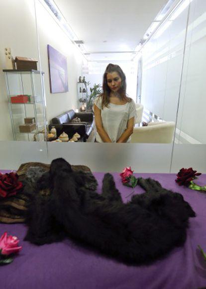 Beatriz García velando a su perro antes de ser incinerado.
