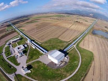 Vista aérea del interferómetro Virgo con sus dos brazos de tres kilómetros de largo, en Cascina (Italia).