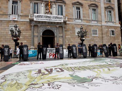 Colectivos ecologistas se manifiestan en la plaza de Sant Jaume.
