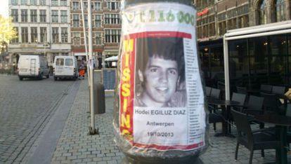 Un cartel con información del joven vasco desaparecido en Amberes en una calle de la ciudad.