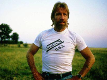 Chuck Norris fotografiado en 1985 con una camiseta de una de sus películas más populares: 'Invasión U.S.A.'. La imagen está tomada en unas vacaciones que pasó el actor en Borgoña, Francia.