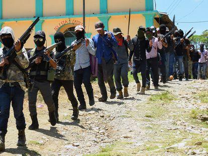 """Integrantes del nuevo grupo de autodefensas denominado """"El Machete"""", que pretende combatir a los grupos criminales en la comunidad indígena Tzotzil San José Tercero, desfilan durante su presentación en el municipio de Pantelhó, Chiapas."""