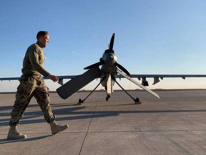 Un soldado estadounidense camina delante de un dron en la base áerea de Ain Al Asad, en Irak, el pasado 13 de enero.
