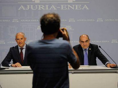 El portavoz del Gobierno vasco, Josu Erkoreka, comperece junto al consejero de Salud, Jon Darpón, este martes en Vitoria.