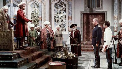 Miguel Strogoff (Curd Jürgens) y Pierre Massini (Sergio de Bachenberg) ante la corte del emir de Khiva en 'El triunfo de Miguel Strogoff' (1961).