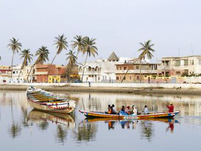 Una lengua de arena de la que zarpan coloridos cayucos de pescadores, una isla patrimonio mundial y una animada vida cultural en la costa norte de Senegal