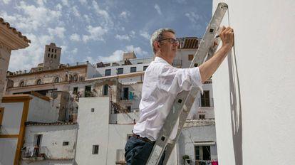 El artista Edmund de Waal mientras escribe sobre una de las paredes del MACE