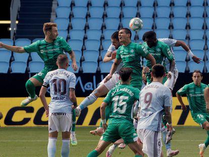 Jugadores del Celta y del Betis disputan el balón durante el encuentro disputado este sábado en el estadio de Balaidos, en Vigo. EFE / Salvador Sas.