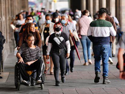 Gente caminando por calles del Centro Histórico de Ciudad de México, en junio de 2021.