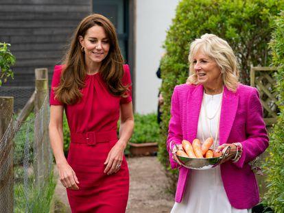 Kate Middleton y Jill Biden, en el momento en el que han llevado unas zanahorias para alimentar a los conejos de la escuela.