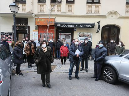 Los vecinos afectados por la venta de los edificios que la Fundación Molina Padilla tiene en la calle Núñez de Balboa de Madrid, el pasado lunes.