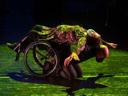 María José Moya, bailarina en silla de ruedas, junto a su compañero, Maxime Ianarelli, en la 'Gala más In' en el Teatro Real de Madrid.