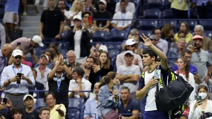 NEW YORK, NEW YORK - SEPTEMBER 07: Carlos Alcaraz of Spain looks waves to the crowd as he leaves the court after retiring early in the second set during his Men�s Singles quarterfinals match against Felix Auger-Aliassime of Canada during on Day Nine of the 2021 US Open at the USTA Billie Jean King National Tennis Center on September 07, 2021 in the Flushing neighborhood of the Queens borough of New York City.   Matthew Stockman/Getty Images/AFP == FOR NEWSPAPERS, INTERNET, TELCOS & TELEVISION USE ONLY ==