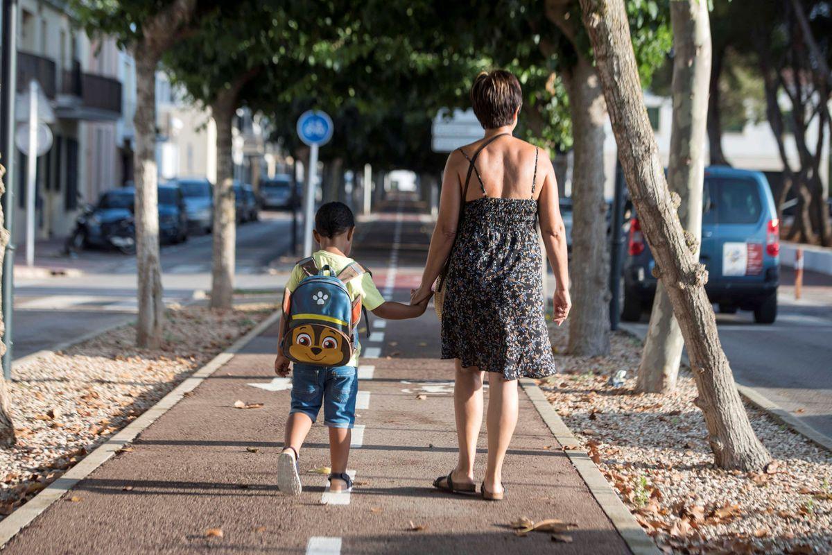 Mejorar el rendimiento escolar de tu hijo y otros beneficios de caminar al cole