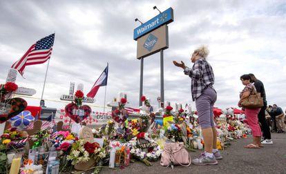 Memorial por las víctimas de El Paso en una valla junto al Walmart.