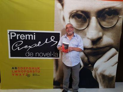 Àlvar Valls, sosteniendo su novela con la que ha ganado el 50º premio Crexells.
