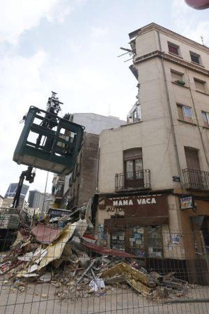 Una grúa junto al edificio semiderruido situado en el distrito de Tetuán de Madrid.
