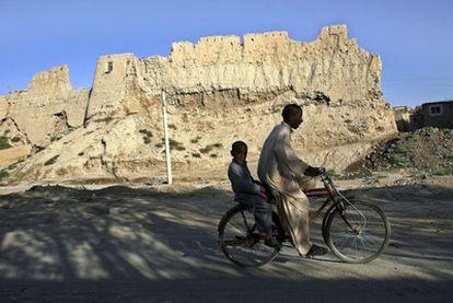 Dos chavales en bicicleta en la ciudad afgana de Ghazi, al suroeste de Kabul.