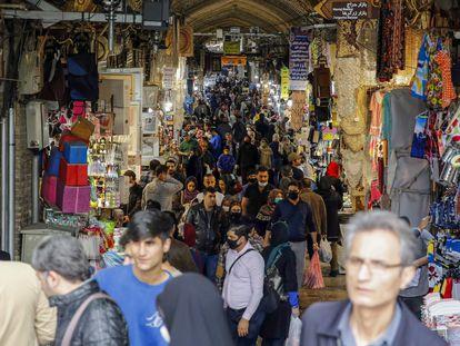Aspecto que presentaba el pasado miércoles el Gran Bazar de Teherán, donde los iraníes hacían sus compras de Nowruz a pesar del coronavirus.