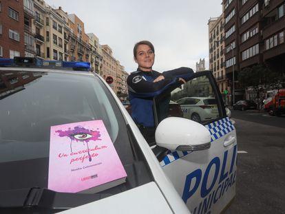 La policía municipal Noelia Colmenarejo, con su libro el pasado viernes en la unidad de Chamberí.