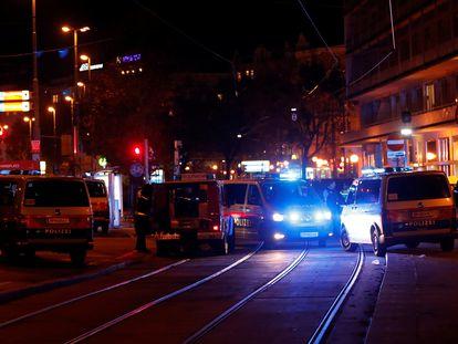 La policía cierra las calles cercanas a la plaza Schwedenplatz, en Viena, después de que se haya producido un tiroteo. En vídeo, varias grabaciones de testigos.