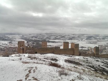 Molina de Aragón, con su muralla en primer término, durante una de las nevadas del invierno 2014-2015.