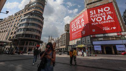 La nueva lona que el PSOE instaló ayer en la plaza del Callao.