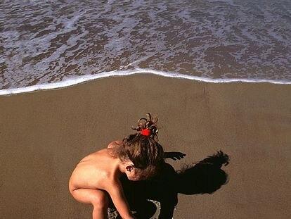 Una niña en una playa de Cádiz.