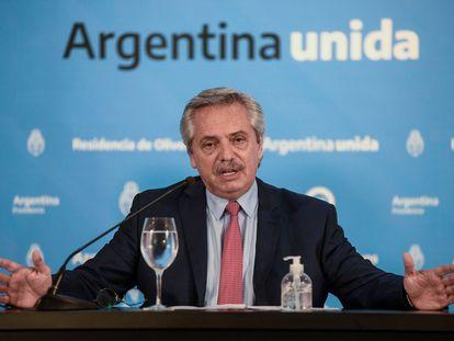 El presidente de Argentina, Alberto Fernández, gesticula durante la rueda de prensa en la que anunció la extensión de la cuarentena, el domingo 29 de marzo.