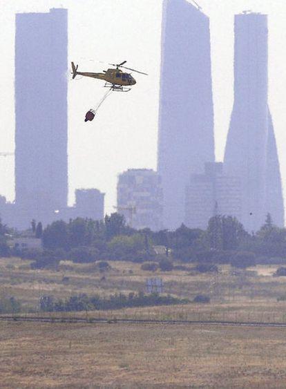 Un helicóptero sobrevolaba ayer el aeropuerto de Barajas.