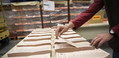 Un operario trabaja en los preparativos en el almacén central del material electoral de la Comunidad de Madrid.