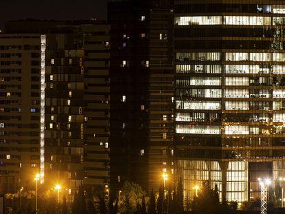 Oficinas y viviendas iluminadas en al zona norte de Madrid.