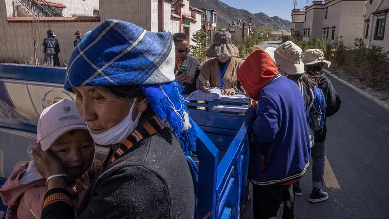 Unos funcionarios realizan un censo demográfico en el pueblo de Boma, donde viven tibetanos reubicados desde zonas de gran altitud, en la Región Autónoma del Tíbet, China, el 16 de octubre de 2020. Durante las últimas cuatro décadas, China asegura haber sacado de la pobreza a más de 800 millones de personas y planeaba erradicar la pobreza extrema para fines de este 2020.