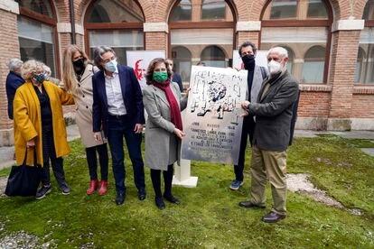 De izquierda a derecha, Manuela Carmena, Pilar Perea, Marta Higueras, Almudena Asenjo, Felipe Llamas y Juan Cueto, en el acto de entrega de la réplica de la placa de Largo Caballero hace dos semanas.