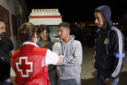 Llegan al puerto de Motril ocho inmigrantes magrebíes rescatados en patera.