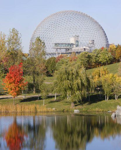 La Biosfera de Montreal, creada por Buckminster Fuller en 1967, fue el pabellón estadounidense para la Exposición Mundial.  