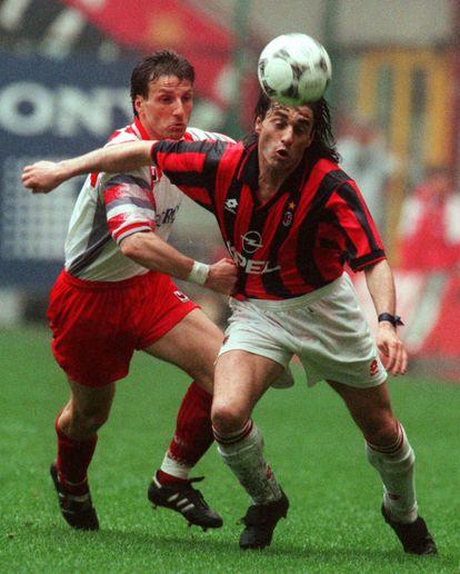 Luigi Garzja (I) agarra a Paulo Futre en un Milan-Cremonese de 1996.