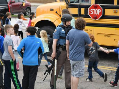 Las afueras del colegio Highlands Ranch, tras el tiroteo.