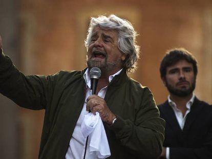 Beppe Grillo y Alessandro Di Battista, en un acto del Movimiento Cinco Estrellas.