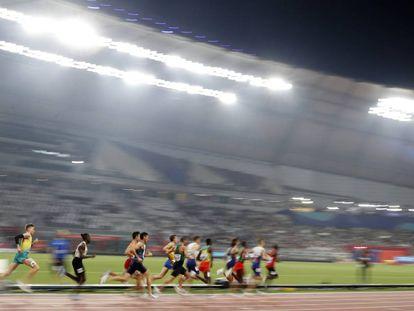 Los atletas compiten en la prueba de 1500 en Doha.