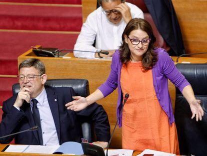 El presidente de la Generalitat, en la sesión de control, con Mónica Otra.