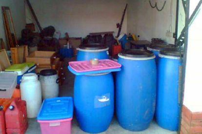 Bidones hallados en la casa de Óbidos donde ETA guardaba 1,5 toneladas de explosivos.