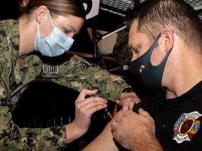 Un militar estadounidense se vacuna de la covid en el Hospital Naval de la base de Rota (Cádiz).