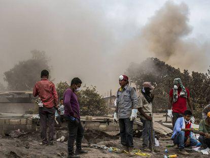 Al pasar las horas los civiles continúan por cuenta propia la búsqueda de sus familiares bajo las cenizas del volcán.